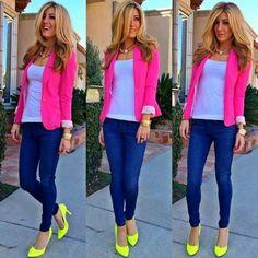 Me encanta la combinación, zapatillas fosforesentes jeans azul intenso y saco rosa