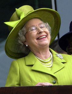 I just love seeing HRH, Queen Elizabeth II laughing! Die Queen, Hm The Queen, Royal Queen, Her Majesty The Queen, Save The Queen, Green Queen, Fascinator Wedding, Fitness Queen, Reine Victoria