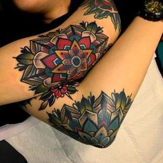 Miss Mandala tattoo for men and women. Shoulder, scapula, sleeve, head and neck tattoos for beibe gender Mandala Tattoo Design, Henna Tattoo Designs, Mandala Tattoo Mann, Tattoo Henna, Old School Tattoo Designs, Knee Tattoo, Elbow Tattoos, Sleeve Tattoos, Colorful Mandala Tattoo