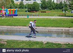 Download this stock image: Worker cleaning the streets in the Park of Friendship, Moscow, Russia - G542B0 from Alamy's library of millions of high resolution stock photos, illustrations and vectors.