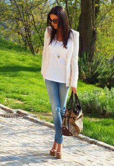 Combina una #blazer blanca con unos #jeans y el resultado será espectacular para cualquier plan