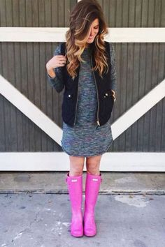 what to wear on a rainy day: comfy tee dress puffer vest and hunter boots Pink Hunter Boots, Pink Rain Boots, Hunter Boots Outfit, Snow Boots, Preppy Mode, Preppy Style, School Looks, Fall Winter Outfits, Autumn Winter Fashion
