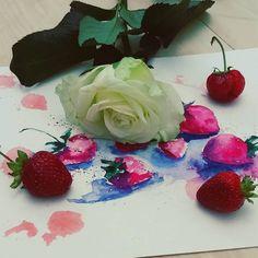 Немножко творческого беспорядка))) #акварель #акварельныйрисунок #скетчбук #скетч #watercolor #sketch #sketchbook #anna_surckova #artist #aquarelle #watercolorart #клубника #виктория #белыерозы #strowberry #rose