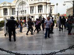 Comienzan granaderos a dispersar y detener manifestantes en Bellas Artes.    Foto: @JulioAstillero