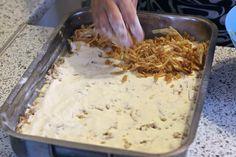 Jednoduchý vrstvený jablkový koláč so škoricou z jedného plechu, ktorý urobíte aj počas varenia obeda | Chillin.sk