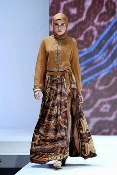 Rok maxi batik dengan atasan blazer