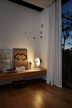 From light to shadow with a single gesture The Greek goddess Theia – mother of the sun, the moon and the dawn – lends her name to this lamp, whose..