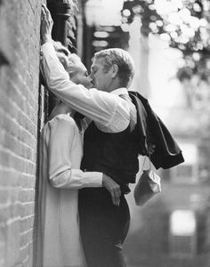 thomas crown affair faye dunaway mc queen steve mcqueen crowns kiss me . Faye Dunaway, Steve Mcqueen, Thomas Crown Affair, Jolie Photo, Kiss Me, Old Hollywood, Hollywood Couples, Cute Couples, Teen Couples