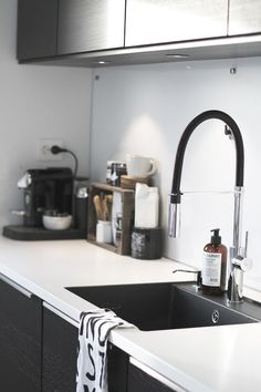 Kitchen Sink Remodel In Praise of the Little Black Sink - From cottage to minimalism, there's a black kitchen sink for your style. Kitchen Cabinets Nz, Best Kitchen Sinks, Black Kitchen Faucets, New Kitchen, Kitchen Interior, Black Cabinets, Black Kitchen Sinks, Faucet Kitchen, Modern Interior