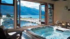 #Spa à l'intérieur avec une magnifique vue sur la #piscine et les montagnes.