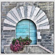 Blue door, from @poledgraw taken on piictu.com