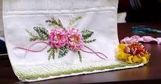 Resultado de imagem para como fazer flores com fita