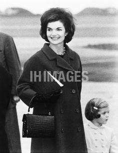 Nadire Atas on Jacqueline Lee Bouvier Kennedy Onassis Jacqueline Lee Bouvier Kennedy Onassis Jackie with Caroline. She's getting off her air plane and trying to get to her car. Jaqueline Kennedy, Caroline Kennedy, Jacqueline Kennedy Onassis, Sweet Caroline, International Style, Women In History, Family History, Cover Pics, The Victim