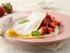 Erdbeer-Sauerrahm Palatschinken - Rezept Flaumiger Palatschinkenteig mit frischem Obst und Sauerrahm.