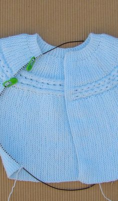 Free Knitting Pattern For Premature Baby - Diy Crafts - Qoster Baby Boy Cardigan, Knitted Baby Cardigan, Knitted Baby Clothes, Knitting For Kids, Baby Knitting Patterns, Baby Patterns, Free Knitting, Charlotte Baby, Baby Dress Tutorials