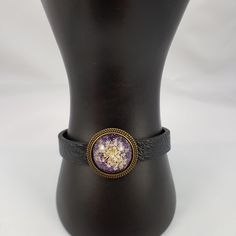 New bracelet available with fake black leather and a pretty real dried flower purple glitter cabochon. Flower Girl Bracelets, Flower Jewelry, Flower Bracelet, Resin Bracelet, Resin Jewelry, Jewelry Gifts, Unique Bracelets, Handmade Bracelets, Real Flowers