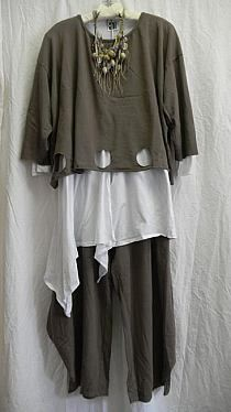 Interesting detail with the holes cut into the bottom of the overshirt. I also like the use of neutral colours and white. The white top has an uneven hem while the other two components do not. Gypsy Style, Bohemian Style, Boho Gypsy, Look Fashion, Womens Fashion, Boho Stil, Advanced Style, Mode Inspiration, Mode Style