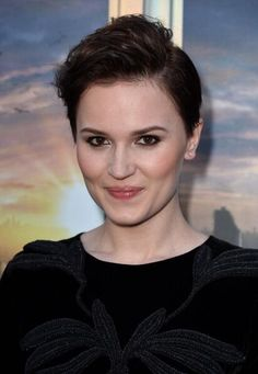 Veronica Roth (August 19, 1988) American writer.