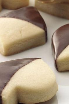Shortbread Cookies Delicious buttery shortbread cookies are amazing even without chocolate.Delicious buttery shortbread cookies are amazing even without chocolate. Köstliche Desserts, Delicious Desserts, Dessert Recipes, Yummy Food, Delicious Chocolate, Plated Desserts, Yummy Cookies, Yummy Treats, Sweet Treats