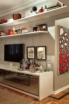 """""""Esse apê fica em um prédio antigo no elegante bairro carioca do Leblon. A moradora utilizava o local como atelier e convidou a arquiteta Fernanda Pessoa de Queiroz para transformá-lo em moradia."""""""