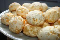 Pão de queijo simples (3 ingredientes) Ingredientes: 500 g de polvilho doce 300 g de queijo (Usei 200g de muçarela e 100 g de queijo parmesão ralado) 2 caixinhas de creme de leite (200g cada)