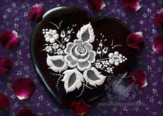 Ekes Mezeskalacs Ajandekok: stunning embroidery look black & white gingerbread heart.