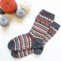 pattern Fox Isle Socks pattern by Life Is Cozy This sock pattern combines two amazing things - fair isle knitting and foxes! Can it get any better? Fair Isle Knitting, Loom Knitting, Knitting Stitches, Knitting Socks, Knitting Patterns Free, Knitting Charts, Free Knitting, Baby Knitting, Knitting Tutorials