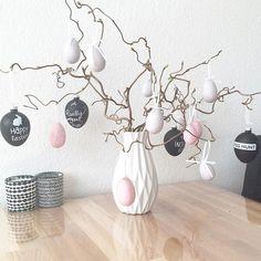 M'n paastak! Grijze en zwarte eitjes erin. En omdat de kinderen al dat zwart/wit/grijs zo saai vinden, ook een paar (!) licht roze eitjes erin gehangen. Iedereen blij #interior #instahome #interieur #interior123 #interior2all #interior2you #interior4all #woonideeen #woonstyling #woondecoratie #wooninspiratie #paastak #paasei #paasdeco Easter Flower Arrangements, Easter Flowers, Easter Holidays, Egg Decorating, Easter Wreaths, Easter Crafts, Seasonal Decor, Happy Easter, Home Decor