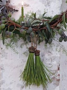 holly and the ivy Pine Tassels - pine needles glued into an acorn cap and hung from a wreath! How clever!Pine Tassels - pine needles glued into an acorn cap and hung from a wreath! How clever! Natural Christmas, Noel Christmas, Green Christmas, Rustic Christmas, Winter Christmas, All Things Christmas, Xmas, Christmas Ornaments, Beautiful Christmas
