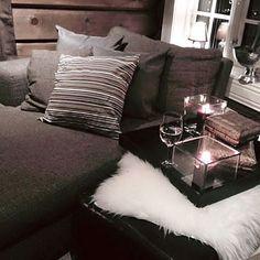 Deilig og lun kosekrok i hyttas loftstue✨ Godt å finne roen her med et glass vin Ønsker dere alle ei god natt ✨#cabin#cottage#fjellhytte#tømmerhytte#interior #interiør #123hytteinspirasjon #123interior #interior4all #hyttemagasinet #hytteinspirasjon #hytteinteriør #interiorandgarden