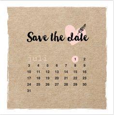 Unieke save the date kaart met kraft karton print, wit kader, hand lettering, hartjes en een kalender van de maand juli 2017! Geheel zelf aan te passen. Enveloppen zijn los bij te bestellen.