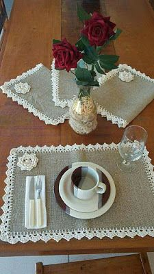 This Pin was discovered by AntSet tovaglietta x Simona.Burlap Table runner with dusty hay country lace Rustic RunnDiscover thousands of images about Burlap Projects, Crochet Projects, Sewing Projects, Projects To Try, Crochet Kitchen, Crochet Home, Burlap Crafts, Diy And Crafts, Crochet Designs