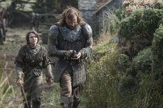 Pin for Later: Brandneue Bilder von Game of Thrones: Daenerys' Drachen sind groß geworden!  Maisie Williams als Arya Stark und Rory McCann als The Hound.
