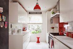 Cozinha branca com pequenos detalhes vermelhos