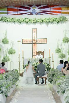 La decoracion de la iglesia by No me olvides fue absolutamente magica! Foto por Valeria Duque #wedding #weddingceremony #ceremony #weddingideas #gypsophilia #roses #white #bride #church #nomeolvides