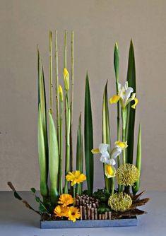 Altar Flowers, Church Flower Arrangements, Table Flowers, Flowers Garden, Ikebana Flower Arrangement, Ikebana Arrangements, Deco Floral, Arte Floral, Contemporary Flower Arrangements