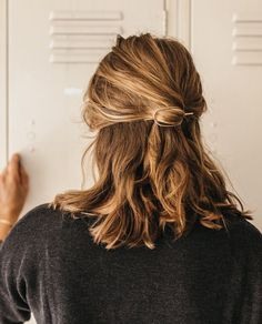 Hairdressing Advice That Will Keep Your Hair Looking Great. Are you affected by constant bad hair days? Do you feel as if you have tried everything possible to get manageable hair? Do not stress about your hair, rea Pretty Hairstyles, Braided Hairstyles, Hairstyle Short, Hairdos For Short Hair, Short Hair Does, Simple Ponytail Hairstyles, Hairstyle Ideas, Style Short Hair, Casual Hair Updos