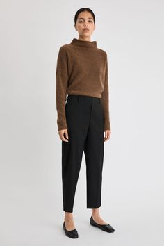 A defining element of Scandinavian style, our women's knitwear embodies the soft minimalism of Filippa K. Experience the luxury of our collection of cashmere sweaters, stay cosy in soft alpaca wool, or go classic in a timeless turtleneck. Casual Work Outfits, Business Casual Outfits, Work Attire, Office Outfits, Work Casual, Chic Outfits, Business Attire, Office Attire, Business Chic
