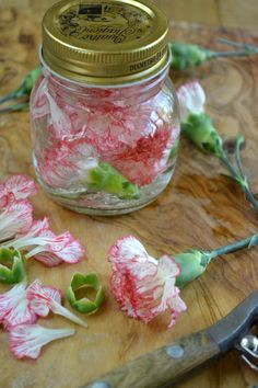 Edible Flowers How to Eat Flowers, Part Two: Flower Infused Vinegars - The View from Great Island Ho Edible Plants, Edible Flowers, Fairy Food, Flower Food, Diy Flower, Parts Of A Flower, Wild Edibles, Kinds Of Salad, Kraut