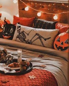 Halloween Bedroom, Theme Halloween, Halloween Home Decor, Diy Halloween Decorations, Halloween House, Fall Halloween, Guy Halloween Costumes, Living Room Halloween Decor, Halloween Scene