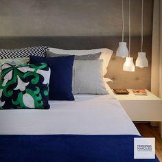 Boa noite com esta mistura de cores excepcional . Parede em concreto, cabeceira com captonés em cinza e colcha e almofadas em variações de azul marinho , texturas em tons de cinza e pequenos detalhes em verde. Almofadas @codexhome
