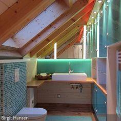 Der Waschtisch steht auf einer durchgehenden Ablage. Diese hat Tischhöhe und kann somit auch im Sitzen genutzt werden. Gleichzeitig überdeckt sie den …