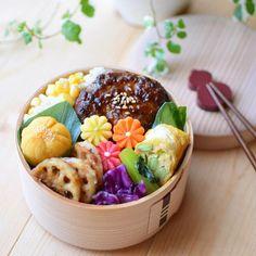 ひろσ(´~`*)さんはInstagramを利用しています:「* 🍴あらびき照り焼きハンバーグ 🍴枝豆とチーズの玉子焼き 🍴焼き芋のメイプルちゃきん 🍴小松菜の和風カレーソテー 🍴紫キャベツの塩昆布あえ 🍴ガリバタ醤油れんこん 🍴とうもろこしごはん . . 秋晴れで気持ちよい日になりました🌞 が!またまたインスタのアップデートで…」 Sushi Recipes, Lunch Box Recipes, Cute Food, Yummy Food, Japanese Food Art, Exotic Food, Bento Box Lunch, Aesthetic Food, International Recipes