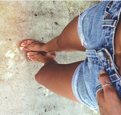 Summer tan ~ jean shorts and flip flops Bad Girl Look, Helen Owen, Summer Outfits, Cute Outfits, Summer Shorts, Denim Shorts Outfit, Levi Shorts, Denim Cutoffs, Love Jeans