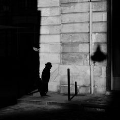 Black and White Street Photography in Bordeaux - Hat #streetphotography #blackandwhite #bordeaux