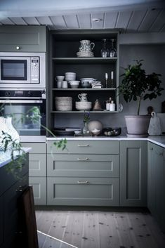 trendy home decoration themes Red Kitchen Cabinets, Red Kitchen Decor, Kitchen Cabinet Design, Green Kitchen, Kitchen Styling, Kitchen Dining, Living Room Interior, Kitchen Interior, Industrial Style Kitchen