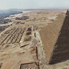 Vista aérea de la Gran Pirámide de Gizeh. Recientemente han creado una copia exacta del trono de Hetepheres I,  la madre de Keops. Más información en nationalgeographic.com.es #Egipto #history #historiaNG #piramide #egypt #keops #pictureoftheday #picoftheday #pod #historia
