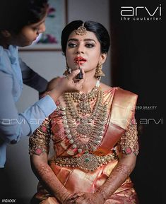 harinifinejewellery is known for its extraordinary Diamond Kundan Gold and Polki jewellery. From contemporary to classic to timeless South Indian Bridal Jewellery, Indian Bridal Sarees, Wedding Silk Saree, Indian Bridal Outfits, Indian Bridal Fashion, Indian Wedding Jewelry, Bridal Jewelry, Gold Jewellery, Indian Weddings
