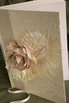 Βιβλίο ευχών για γάμο σε βάση εκρού σατέν διακοσμημένο με εντυπωσιακά λουλούδια, κορδέλα και φτερό