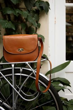 Photographer Lindsay Brown travels to Charleston with her Claremont leather camera bag. Leather Camera Bag, Leather Bag, Stylish Camera Bags, Perfect Camera, Mode Vintage, New Shoes, Saddle Bags, Shopping Bag, Fashion Accessories
